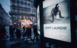 Cette publicité Saint Laurent a été vandalisée car jugée sexiste. Elle a été retirée des panneaux d'affichage parisiens Crédit : VSPress/SIPA