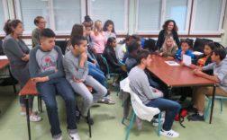 Les élèves écoutent, avec leurs professeurs, la restitution du travail d'un des groupes.Photographe: MS