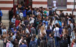 Des élèves dans la cour de leur lycée à Nantes (Loire-Atlantique), le 4 septembre 2012, jour de la rentrée scolaire. (FRANK PERRY / AFP)