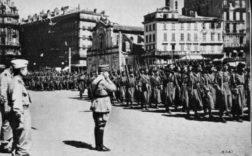 Les goums mixtes marocains défilant à Marseille après la prise de la ville, devant le général de Monsabert. / DR