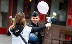 Manifestation en soutien aux policiers français, le 22 avril aux Champs-Élysées, à Paris / GEOFFROY VAN DER HASSELT/AFP