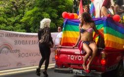 Des militants LGBTI défilent dans les rues de San Salvador pendant la marche de la Gay Pride LGBTI. Photographie de María Cidón Kiernan, publiée avec son autorisation.