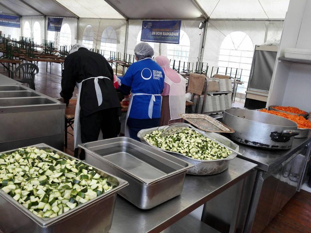 La cuisine s'affaire, les tables se dressent… Crédits : Secours Islamique France