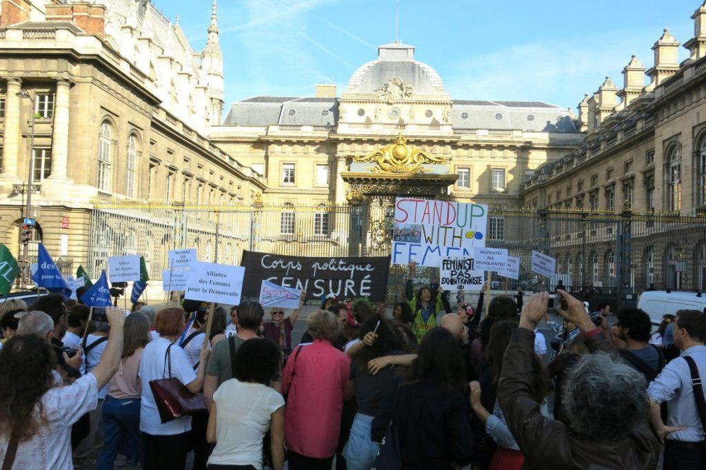 Plusieurs dizaines de personnes se sont rassemblées, devant le palais de justice, mercredi 31 mai 2017, en soutien aux Femen. Crédit photo : Roxanne D'Arco