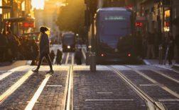 Les infrastructures, ce sont autant les transports en commun que le réseau internet. - Shutterstock.
