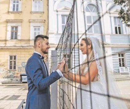 Bosnie-Herzégovine. La photo de jeunes mariés qui met fin à une ségrégation scolaire
